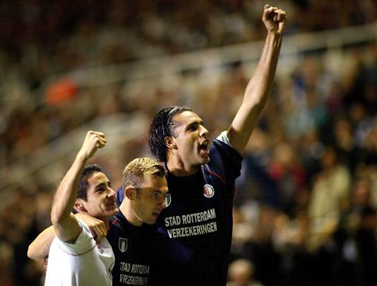 Sebastián Pardo na de zege op Newcastle met Thomas Buffel en Pierre van Hooijdonk.