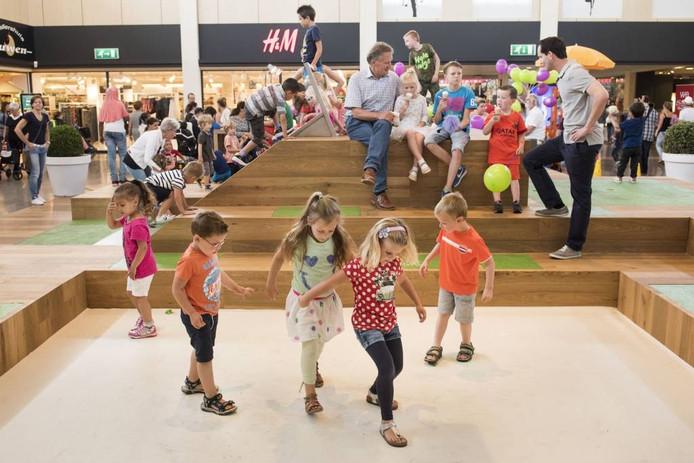 Het nieuwe speelplein in het overdekte winkelcentrum in Etten-Leur is in gebruik. Kinderen kunnen er klauteren over een klimrots met glijbaan en een interactief spel spelen. foto edwin wiekens/pix4profs