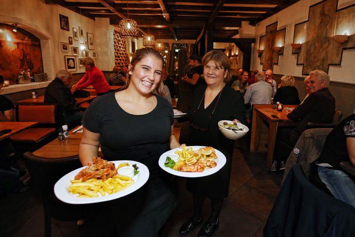 Het restaurant Rhodos heeft de deuren weer geopend. Dochter Sofia en Debbie Mataras zijn druk bezieg met het uitserveren.