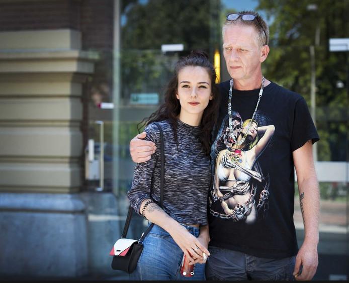 Vader Martin Huisman en zus Rochelle bij de rechtbank voorafgaand aan de zitting over de mogelijke tbs-beëindiging van moordenaar Mike J. op Rowena Rikkers, beter bekend als het Meisje van Nulde.