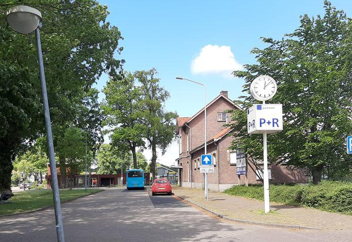 Tussen lantaarnpalen bij het station van Vorden hebben onverlaten zaterdagnacht een stuk doorzichtig plastic folie gespannen. De wijkagent haalde het zondagmorgen weer weg.