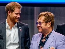 Elton John neemt het op voor 'milieuvervuilende' prins Harry