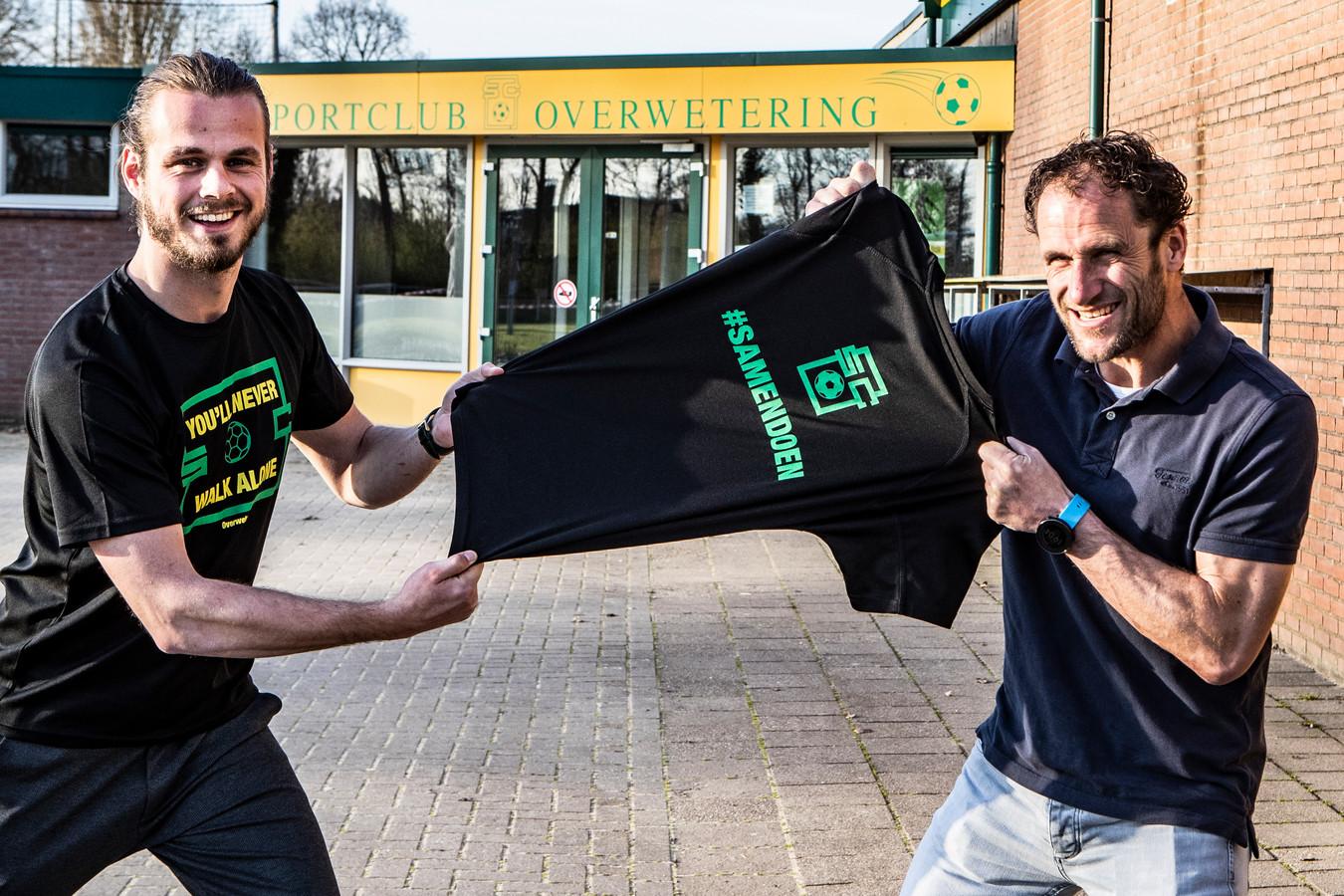 Voetballer Ferdi van Breukelen (l) en trainer Sander Poll hebben shirt op markt gezet om saamhorigheid club in zware coronatijden te bevorderen.