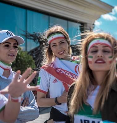 """Iraanse vrouwen palmen Russische stadions in: """"Thuis kon ik alleen vermomd als man naar voetbal kijken"""""""