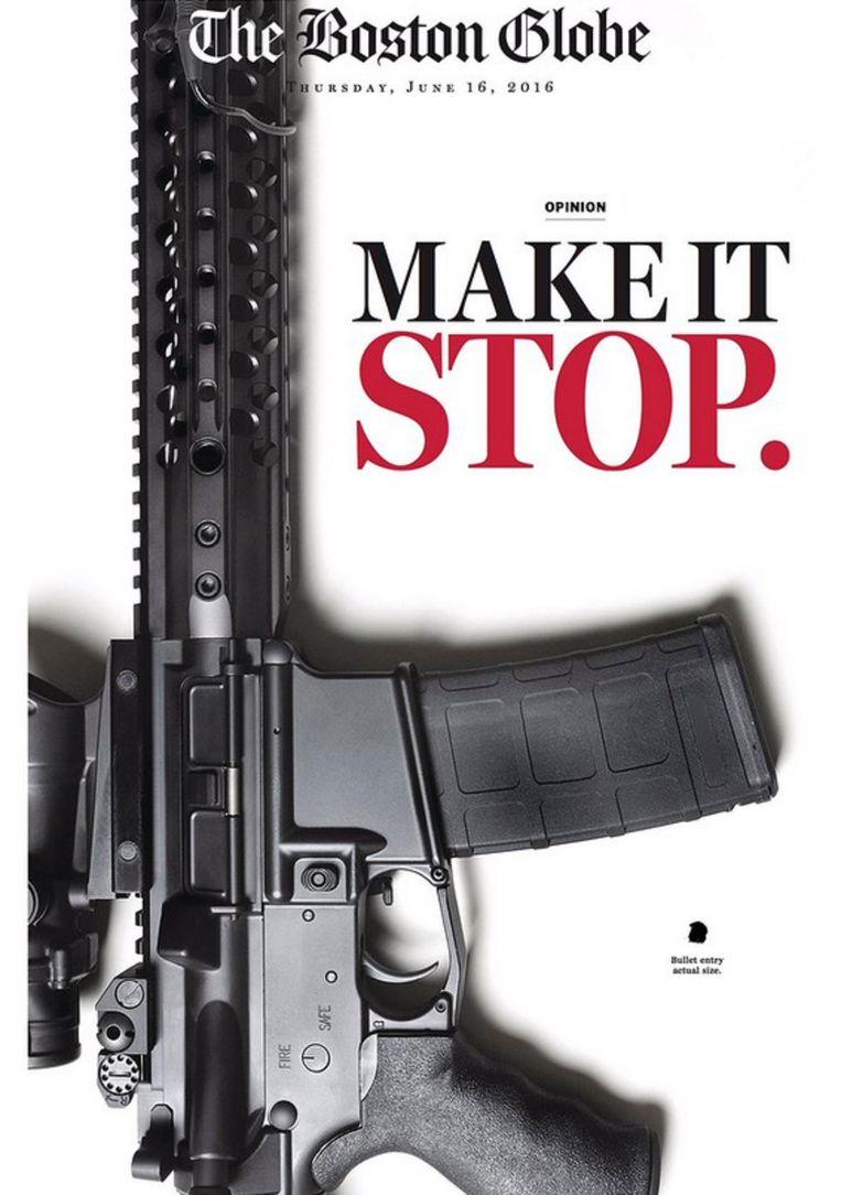 De voorpagina van The Boston Globe toont vandaag een AR-15, het automatische wapen dat door Omar Mateen afgelopen weekeinde werd gebruikt om een bloedbad mee aan te richten in homobar Pulse in Orlando, Florida. Beeld Boston Globe, screenshot