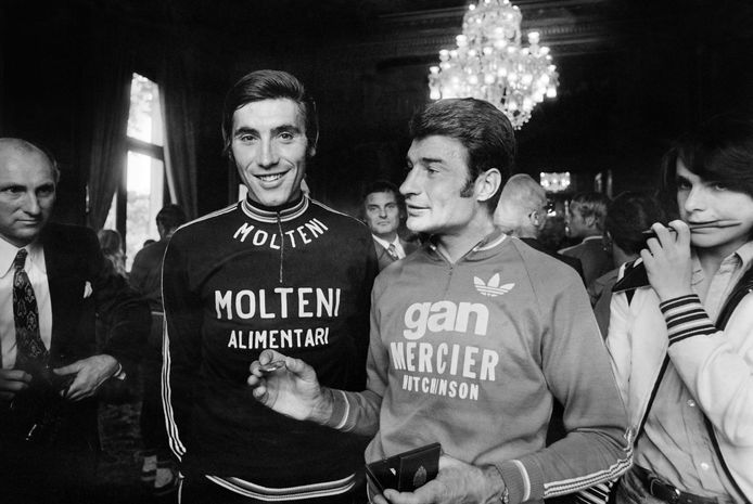 Eddy Merckx (l) met Raymond Poulidor in 1974.