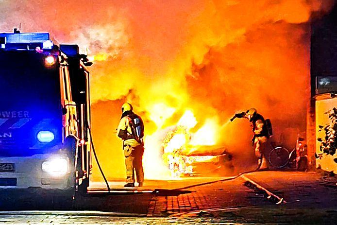 De brand in de Willem Marisstraat was zo fel, dat de naastgelegen woning ook flink beschadigd raakte.