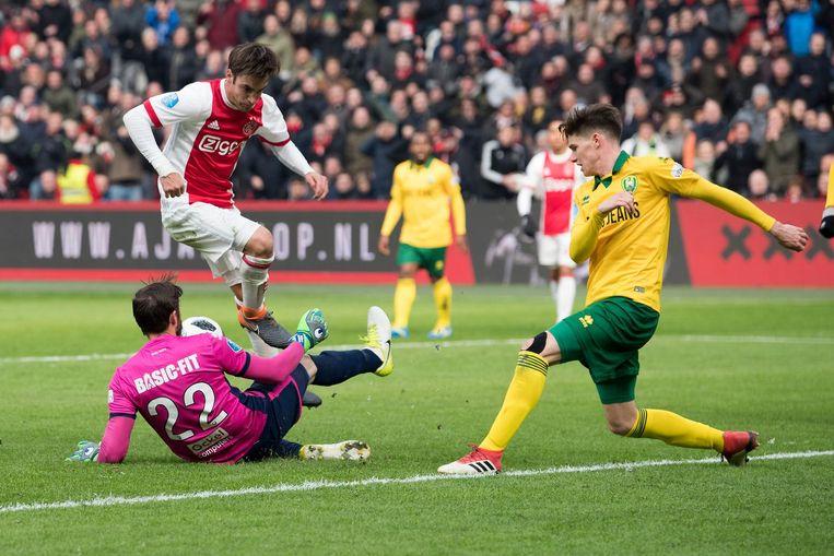 Kansen waren er eigenlijk voldoende voor Ajax, maar ADO-doelman Robert Zwinkels gaf geen krimp. Beeld Proshots