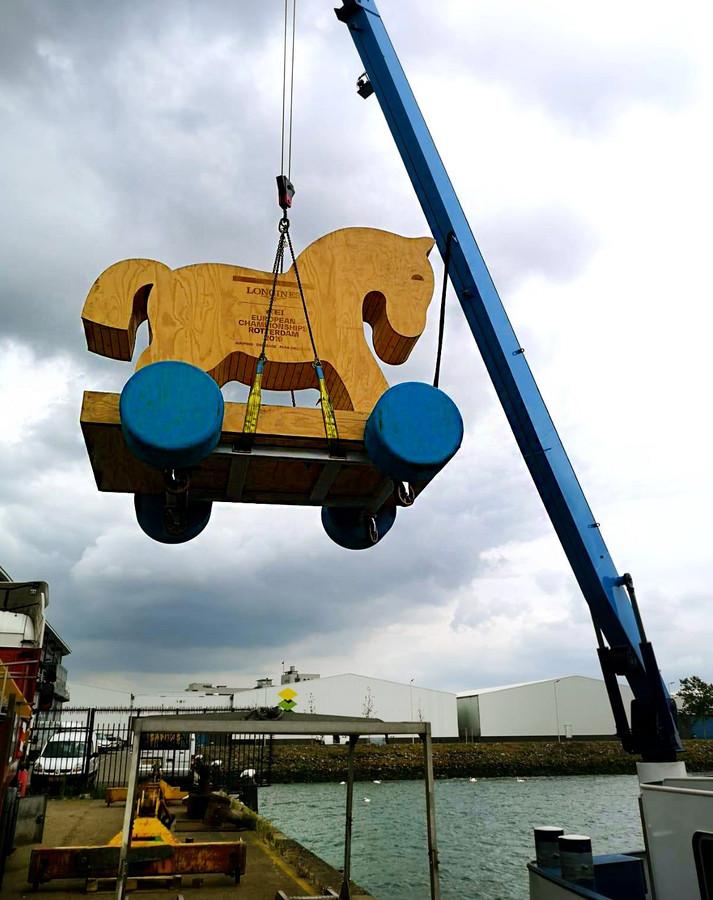 De houten EK-mascotte Tebbie is gearriveerd in Rotterdam en 'logeert' in de stad.