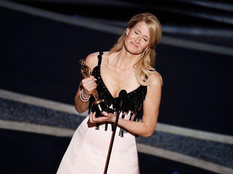 Laura Dern met haar Oscar voor beste vrouwelijke bijrol. Beeld EPA