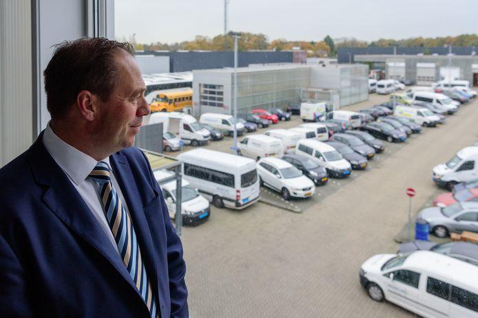 Directeur Edwin Besseling kijkt uit over zijn wagenpark aan de Stuwdam.