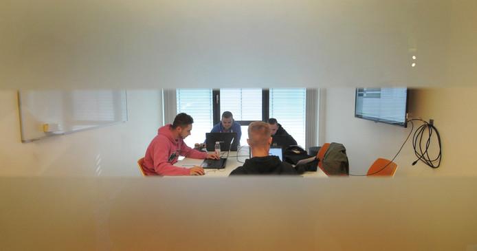 HZ-studenten werken in groepjes aan beroepsopdrachten in één van de overlegruimtes. HZ-gebouw Middelburg