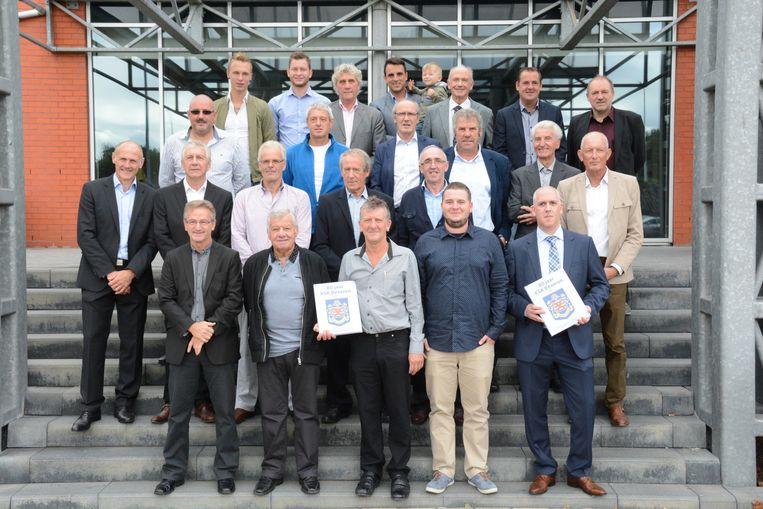 De boekvoorstelling werd bijgewoond door heel wat oude gloriën, zoals de drie Gouden Schoen-winnaars Jean-Marie Pfaff, Jean Janssens en Wilfried Van Moer. Vooraan rechts staan de drie auteurs: vader Rudiger en zoon Robin Beck en Geert Van den Broeck met hun boek over tachtig jaar KSK Beveren.