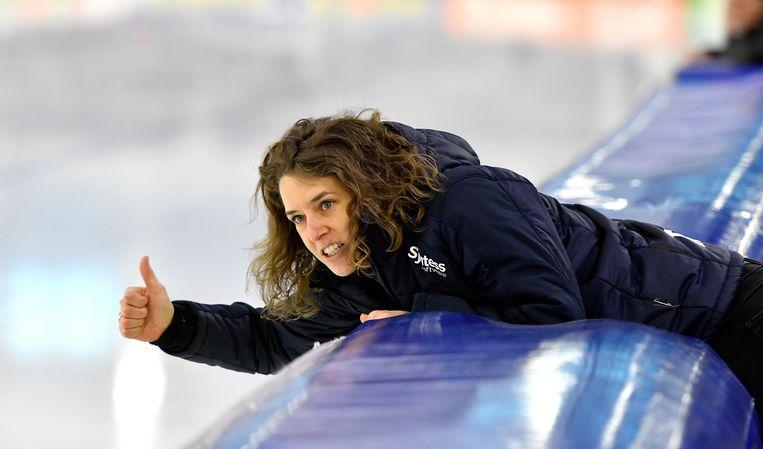 Ireen Wüst hangt over de boarding om Esmee Visser aan te moedigen. Beeld Hollandse Hoogte / Soenar Chamid sportfotografie