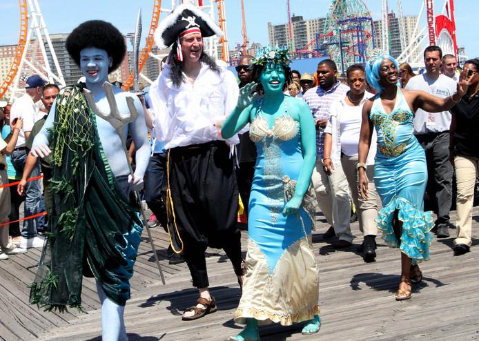 De New Yorkse burgemeester Bill de Blasio verkleed als piraat in de zeemeerminnenoptocht, met zijn zoon (links), dochter (rechts van hem) en vrouw (uiterst rechts).