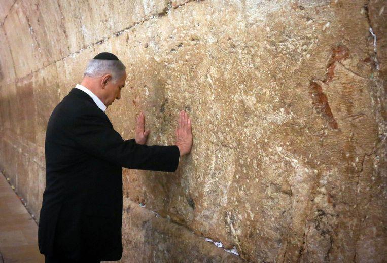 Benjamin Netanyahu bij de klaagmuur in Jeruzalem. Beeld Reuters