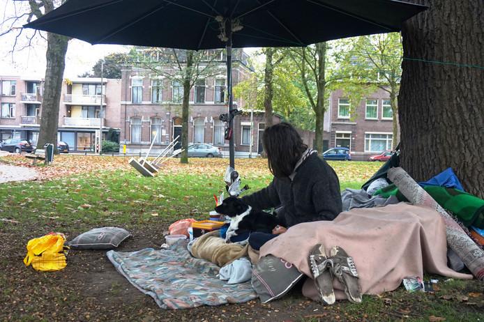De dakloze en hondje Pina, inmiddels zijn ze weg.