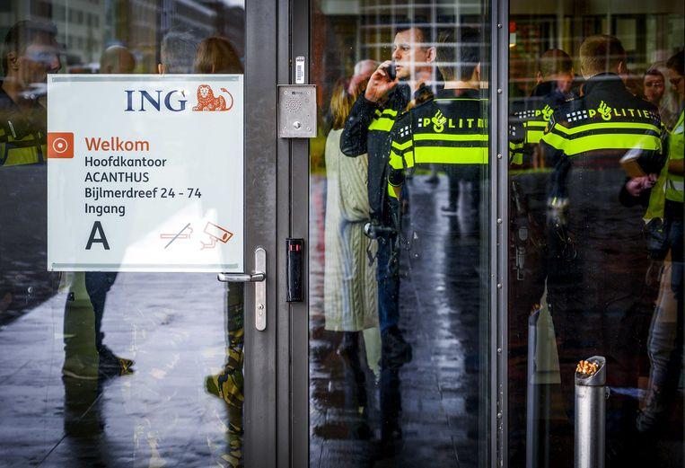 Het hoofdkantoor van ING in Amsterdam-Zuidoost, donderdag nadat er een bombrief was ontploft. Beeld Evert Elzinga / ANP