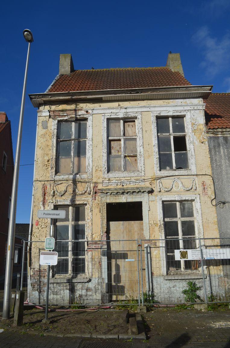 De oude notariswoning staat er erg vervallen bij. De buurt maakt zich zorgen over de staat van het gebouw.