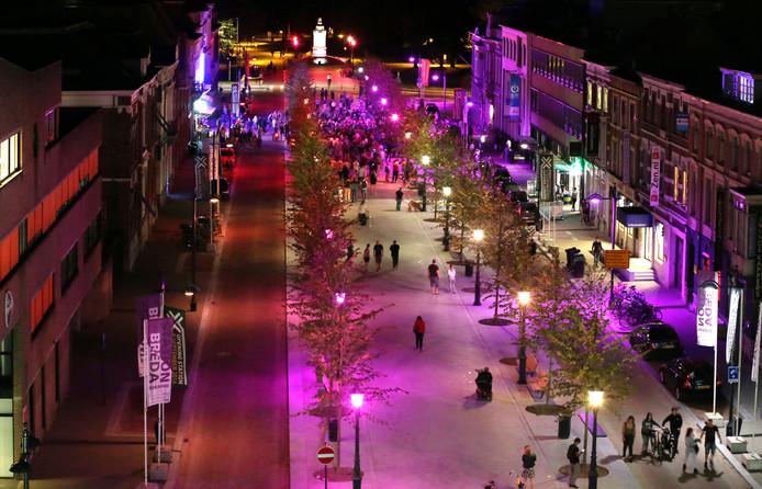 Ingebruikname van de verlichting in de Willemstraat in Breda. De lichtjes veranderen van kleur.