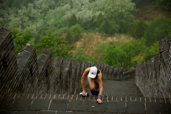 Kali Cavey kwam als  eerste vrouw over de finish. (REUTERS/Thomas Peter)