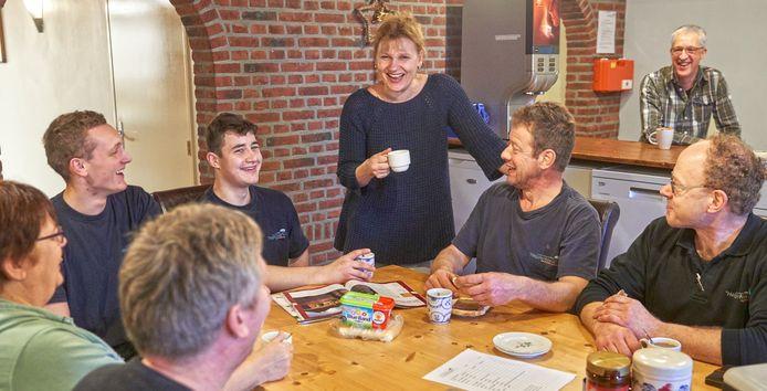 Helma van der Heijden tijdens de koffiepauze tussen haar personeel op varkensbedrijf De Heijderhoeve te Heeswijk Dinther.