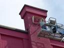 Een van de ornamenten van het oude Theater Zuidplein wordt afgeschermd en daarna verwijderd en zorgvuldig  bewaard.
