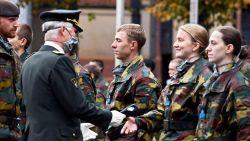Symbolisch moment: prinses Elisabeth krijgt blauwe baret van koning Filip en kan nu officieel aan legeropleiding beginnen