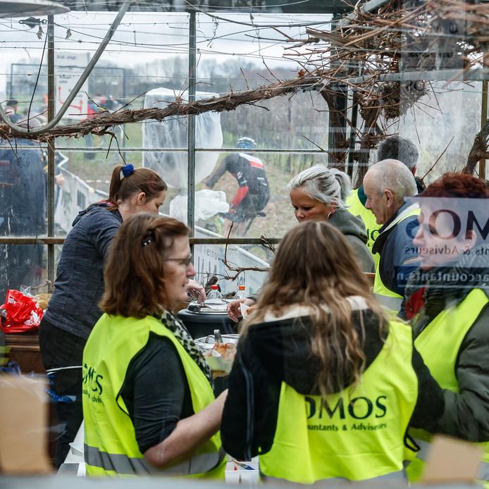 Etten-Leur - 10-2-2019 - Foto: Pix4Profs/Marcel Otterspeer - Crossduatlon bij 't Santspuy. Warme soep in de kassen van 't Santspuy.