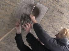 Langste vrouw van het land helpt om kerstlampjes onder Haagse bruggen te hangen