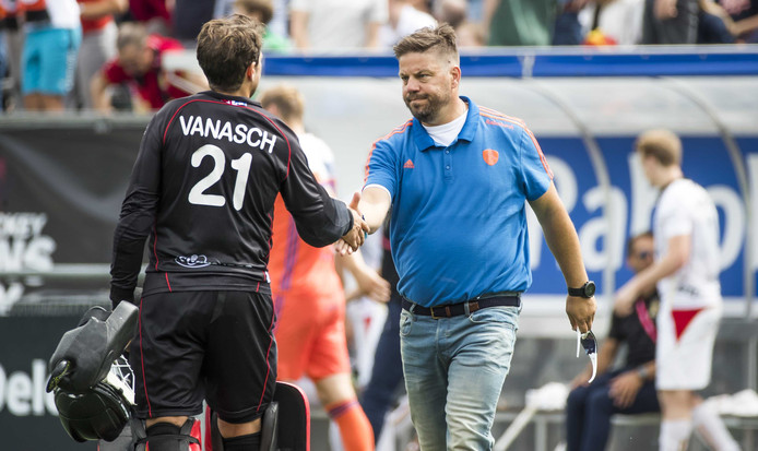 Bondscoach Max Caldas met keeper Vincent Vanasch van België.