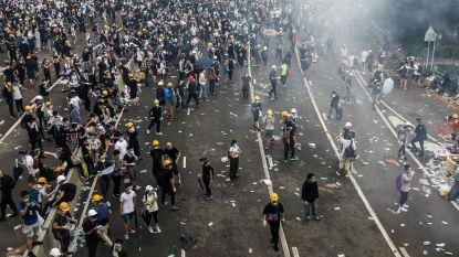 """Nieuwe massabetoging in Hongkong tegen omstreden uitleveringswet loopt uit de hand: politie vuurt traangas af, """"ruim 70 gewonden"""""""