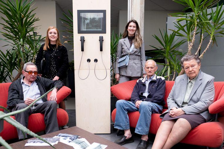 Jos Dresselaers, Laura Heremans, Rani De Volder, Fons Van Eccelpoel en Jeanne Stuyck aan de installatie met audio-fragmenten