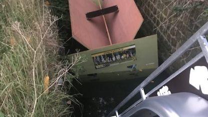 Aanhangwagen N-VA-LennikKwadraat in beek gedumpt