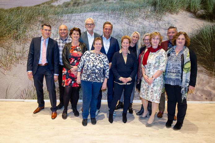 Fotobijschrift: Minister Hugo de Jonge in gesprek met werknemers en leidinggevenden bij 's Heeren Loo 't Westerhonk. Met onder meer wethouder Piet Vreugdenhil van gemeente Westland.