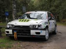 Auto vliegt met 160 per uur uit de bocht tijdens Hellendoorn Rally