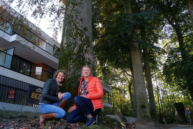 Ann-Sophie De Bevere en Kim Lauwyck bij de drie zieke bomen in de Waldreef