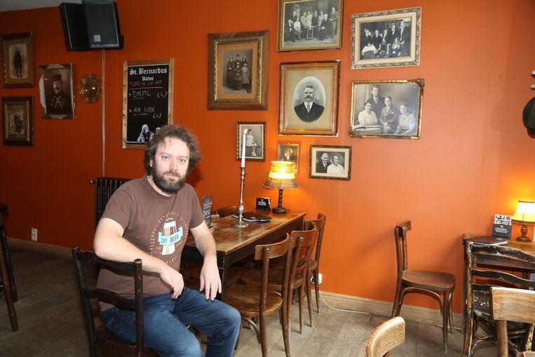 Joeri Devolder in zijn Kaffee Bazaar, waar je meer dan 100 bieren kunt proeven.