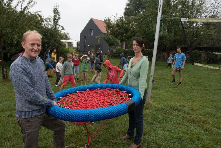 Erwin Eeraerts en Sabine De Groote in de tuin van het jeugdverblijf.