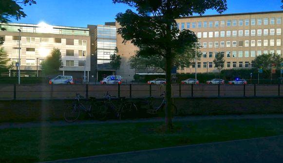 De lokale politie rukte vanochtend massaal uit naar het opvangcentrum in het voormalige ziekenhuis AZ Sint-Maarten in Mechelen