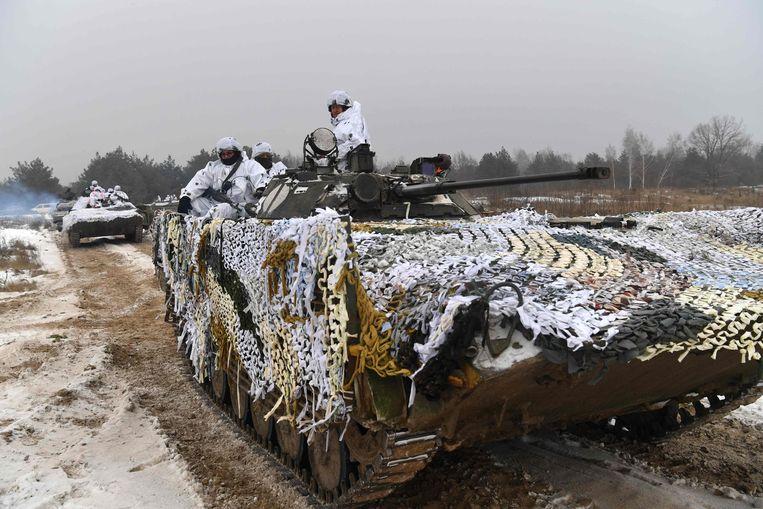 Oekraïense soldaten oefenen aan de Russische grens. Beeld AFP