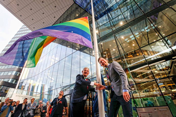Utrechts burgemeester Jan van Zanen hijst samen met Simon Timmerman de regenboogvlag bij het Stadskantoor.