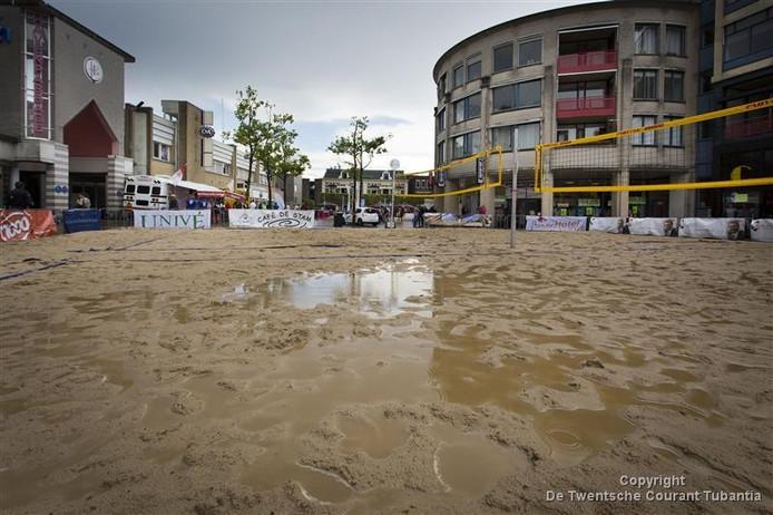 In Almelo moest het beachvolleybaltoernooi aan het Centrumplein worden afgelast. Het zand werd blubber. Foto Rikkert Harink