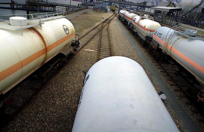 Treinwagons met chloortanks in het Rotterdamse Botlekgebied.