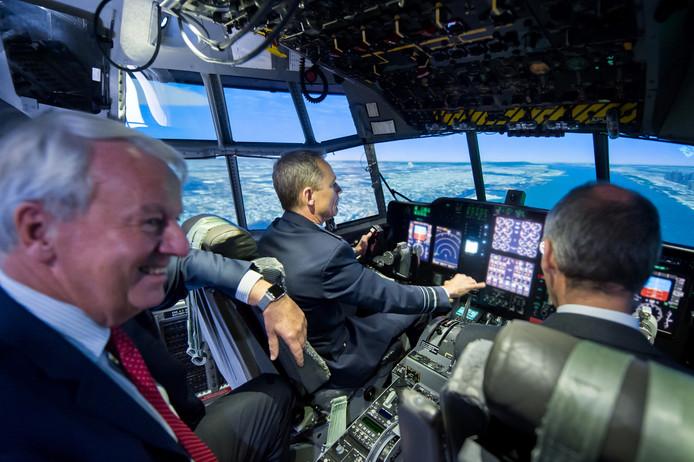 Burgemeester Noordanus (links), Luitenant Generaal Dennis Luyt (midden) en Ron Kolkman, directeur van JIVC (rechts) in de simulator in Rijen.