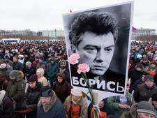 Duizenden Russen de straat op voor Nemtsov