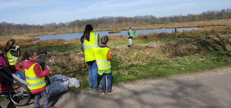 Jonge scoutingleden helpen mee met opruimen zwerfafval