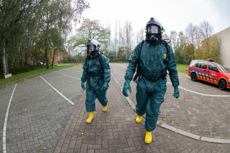 De brandweer komt ter plaatse om het chemisch drugsafval op te ruimen.
