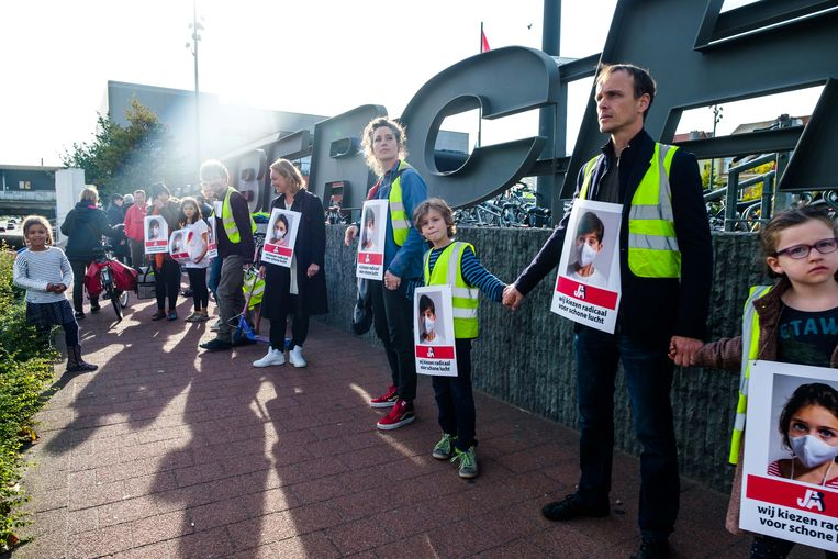 Antwerpenaars kwamen zondag samen aan het station van Antwerpen-Berchem om betere luchtkwaliteit te eisen.