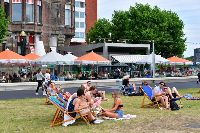 Rotterdammers in de zon op de Kop van Zuid.